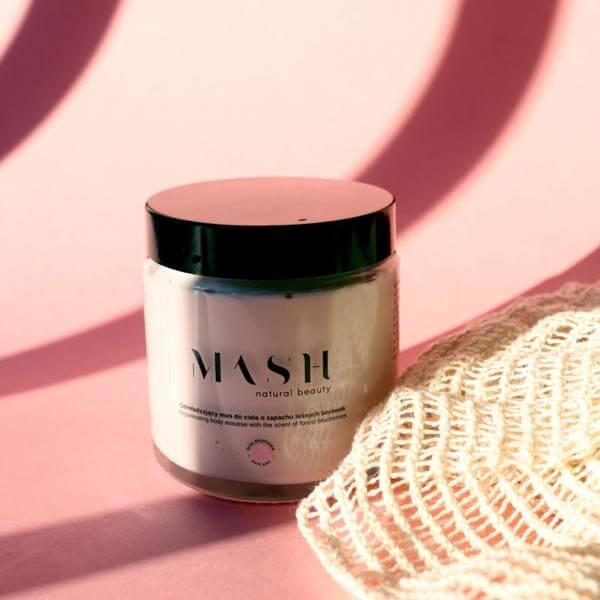 Odmładzający balsam do ciała o konsystencji musu, wyglądzie i zapachu leśnych borówek MASH Natural Beauty.
