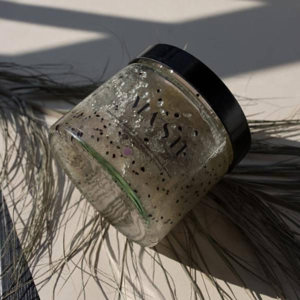 Odmładzający peeling cukrowy do ciała o przyjemnym zapachu leśnych borówek MASH Natural Beauty.