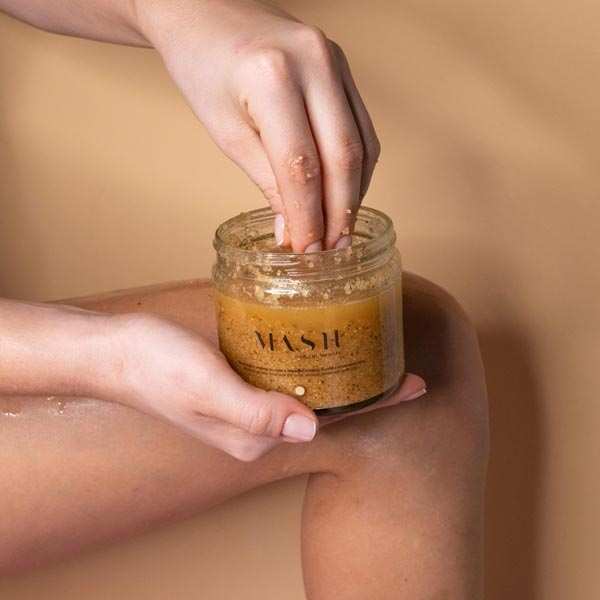 Dzięki peelingowi o zapachu słonecznego smoothie skóra staje się napięta, wygładzona i o aksamitnej teksturze.