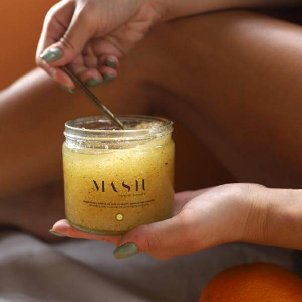 Złuszczająco–regeneracyjny peeling cukrowy do ciała o zapachu słonecznego smoothie wspiera w walce z celulitem.